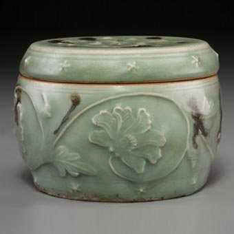 A Large Chinese Blue and White Porcelain Windswept Ginger Jar, Ming Dynasty Plum Blossoms